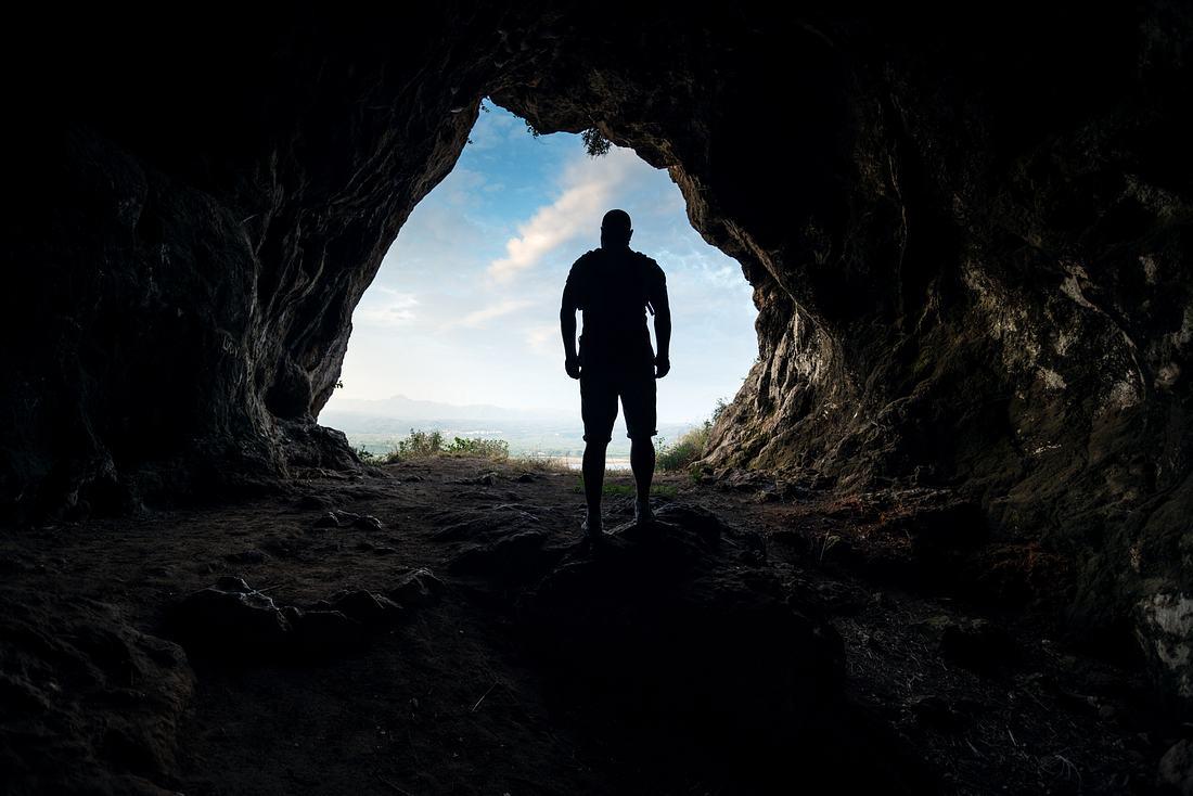 Mann in einem Höhleneingang