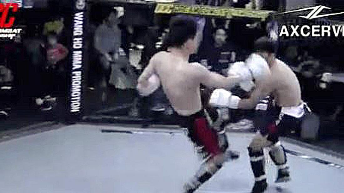 Ein MMA-Fighter feuert 5 Kicks in 1 Sekunde ab und knockt seinen Gegner aus