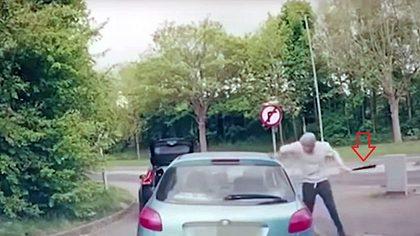 Mann attackiert Autofahrer mit Baseballschläger. Der ist MMA-Fighter