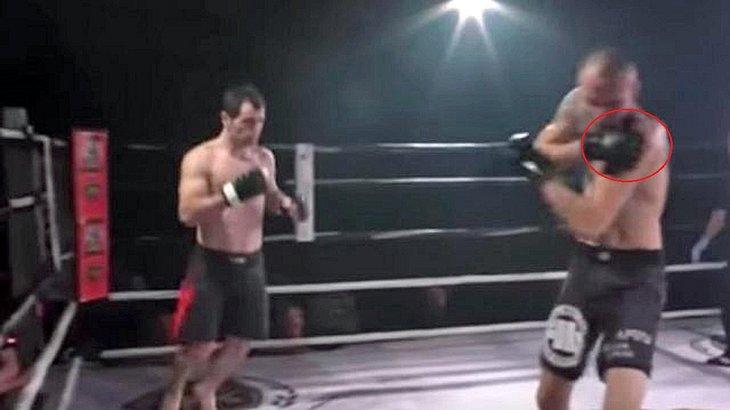 MMA-Fighter Paata Tschapelia kugelt die Schulter seines Gegners Arkadiusz Wroblewski wieder an