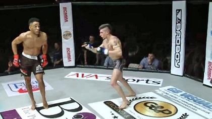MMA-Fighter Joe Harding verhöhnt seinen Gegner und wird ausgeknockt - Foto: twitter/Grabaka_Hitman