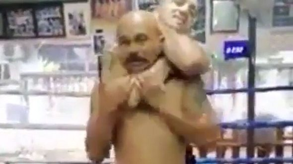 MMA-Fighter zeigt: So kommt JEDER aus einem tödlichen Würgegriff