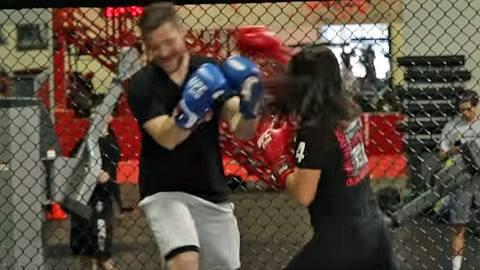 12-jähriges MMA-Mädchen verprügelt übermütigen Mann