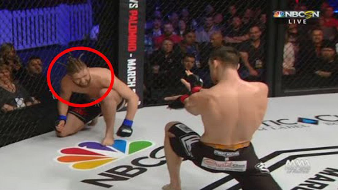 MMA-Fighter Shane Campbell attackiert seinen Gegner Derek Boyle mit einem Hadouken