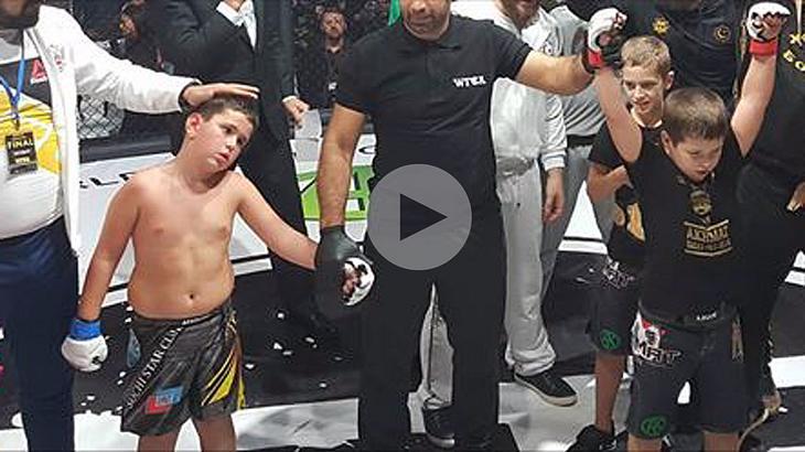 """Die """"Akhmat Fight Show"""" ließ im russischen Grosny kleine Jungen in MMA-Fights gegeneinander kämpfen"""