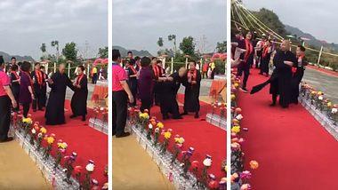 Taiwanesischer Mönch entweiht Tempel. - Foto: YouTube/網路影片 Internet video