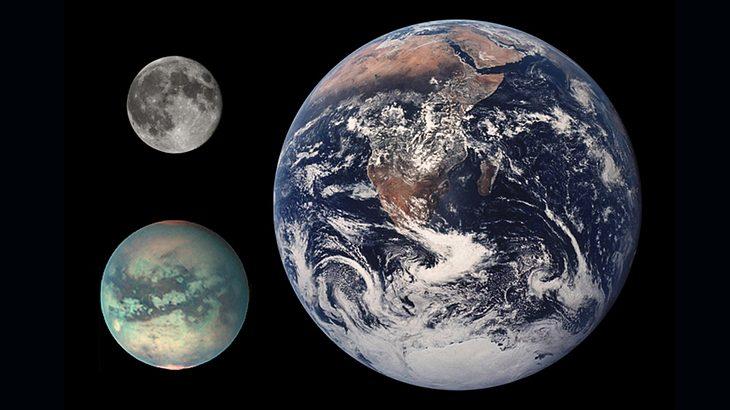 Vergleich: Erde (rechts), Saturnmond Titan (links unten), Mond (links oben)