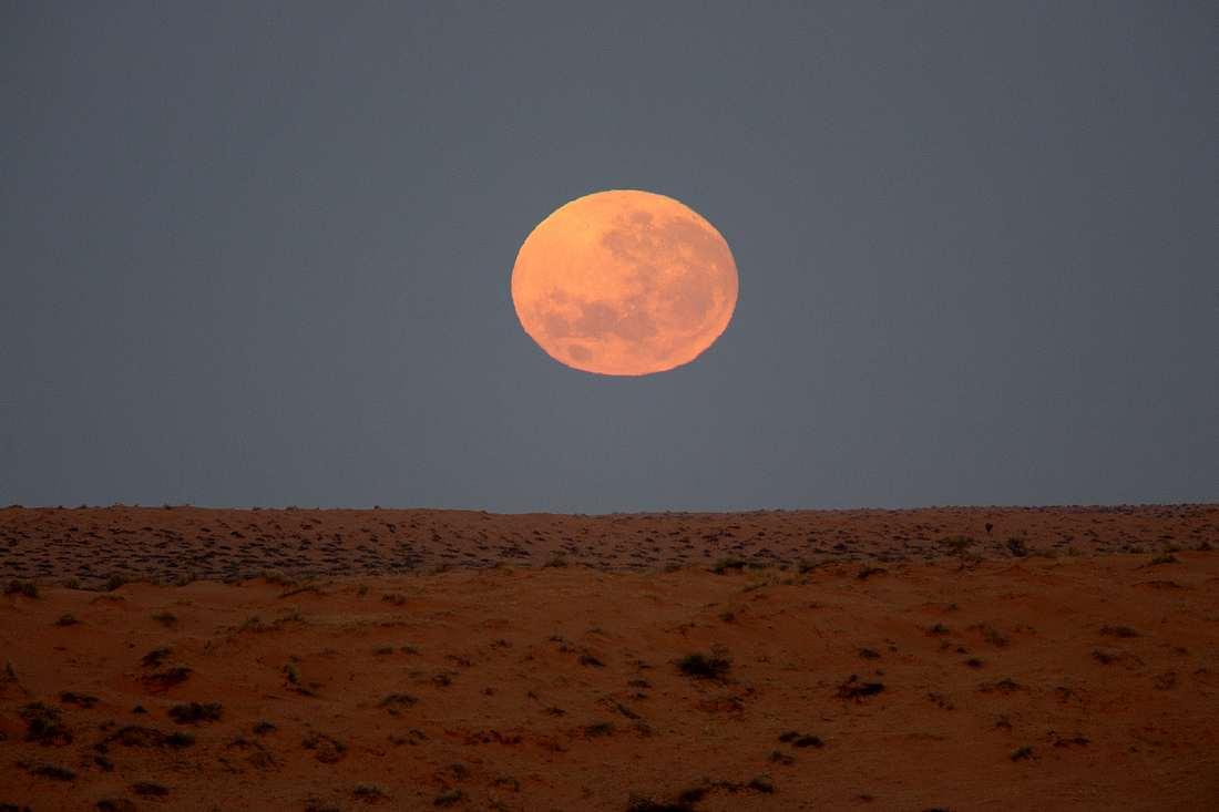 Mond über der Simpsonwüste in Australien