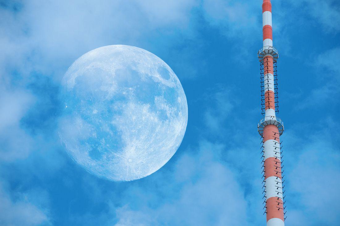 Antenne auf der Erde, am Himmel der Mond