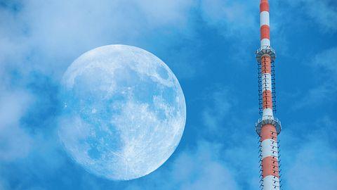 Antenne auf der Erde, am Himmel der Mond - Foto: iStock / olaser