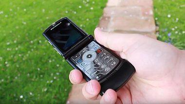 Das Motorola Razr wird neuaufgelegt. - Foto: YouTube/PhoneDog