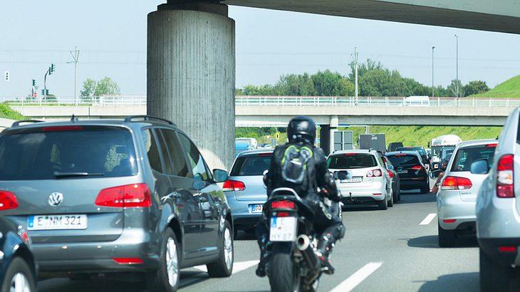 """Darum """"drängeln"""" sich Motorradfahrer durch den Stau"""