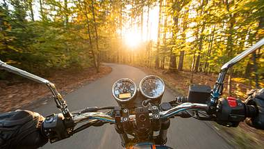 Motorradfahrer aus Selbstperspektive - Foto: iStock / Kesu01