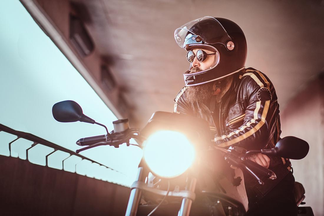 mann auf einem Motorrad in einer Motorradjacke für Herren.