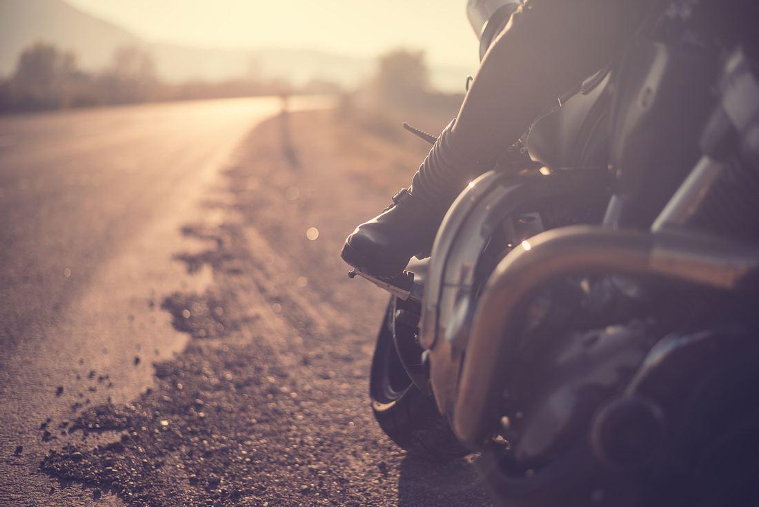 Seitenansicht auf einen Biker auf der Straße