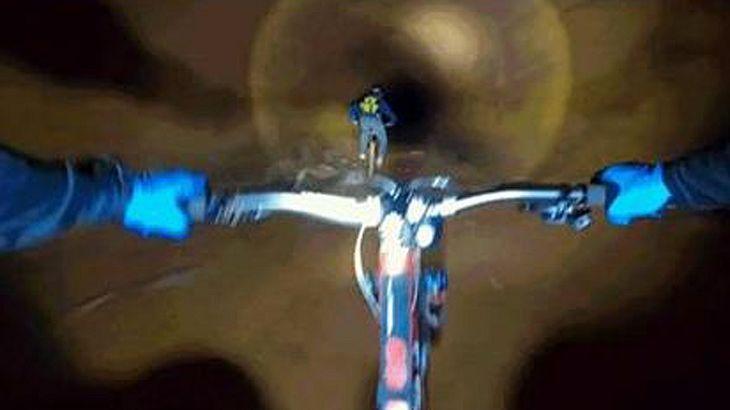 Mountainbiker rasen mit High-Speed einen verlassenen Mienenschacht herunter