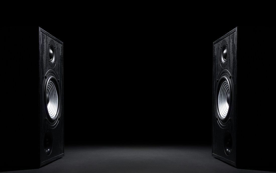 Zwei Lautsprecher vor schwarzem Hintergrund