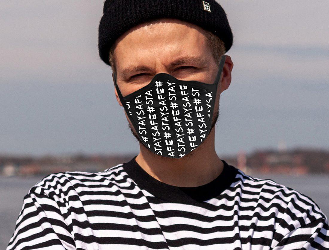 Mann trägt coolen Mundschutz