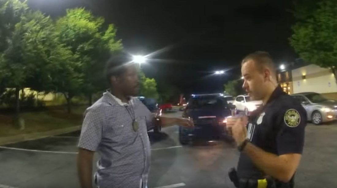 Rayshard Brooks im Gespräch mit einem Polizisten