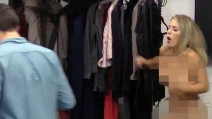 Plötzlich ist sie nackt. Peinlich? Funny Pranks TV macht die Probe aufs Exempel - Foto: Screenshot YouTube /  Funny Pranks TV