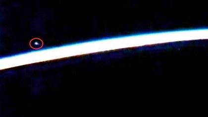 Im Live-Stream der NASA ist laut Alien-Jägern offenbar ein UFO gesichtet worden - Foto: YouTube/Streetcap1