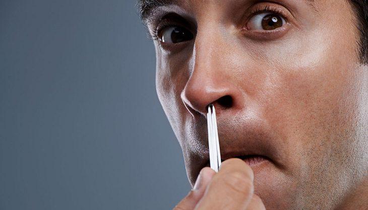 Achtung, Lebensgefahr: Warum man Nasenhaare auf keinen Fall ziehen sollte