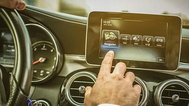 Navi kaufen - Navigationsgerät - Foto: iStock/Mladen Zivkovic