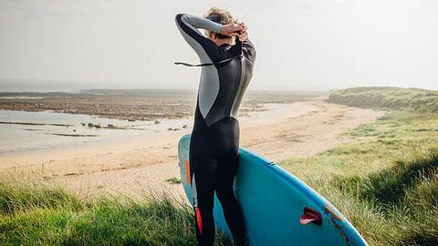 Surf die höchsten Wellen mit deinem neuen Neoprenanzug - Foto: iStock/SolStock
