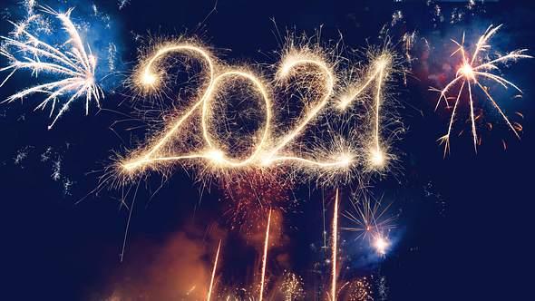 Feuerwerkskörper bilden die Zahl 2021 - Foto: iStock / kamisoka