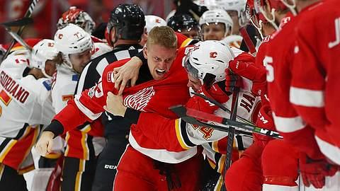 Massenschlägerei in der NHL: Die Eishockey-Teams von Detroit und Calgary prügeln sich - Foto: YouTube/SPORTSNET