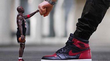 Nice: Dieser Sneakerhead setzt die Highlights seiner Sammlung kreativ in Szene - Foto: Instagram / Kanal sneakerjunkienz