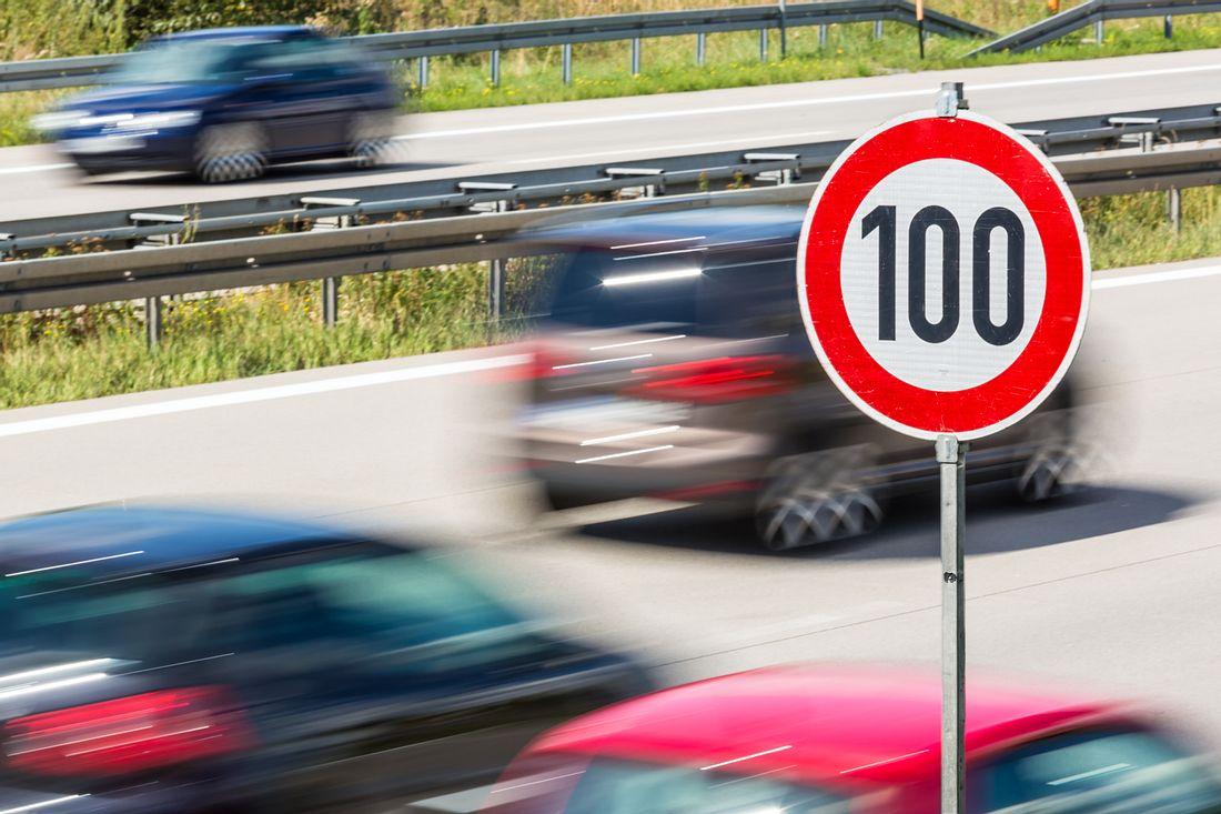 Tempo-100-Schild auf Autobahn