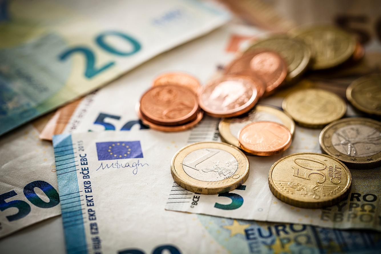 Geld in Münzen und Scheinen