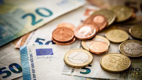 Geld in Münzen und Scheinen - Foto: iStock / fcafotodigital