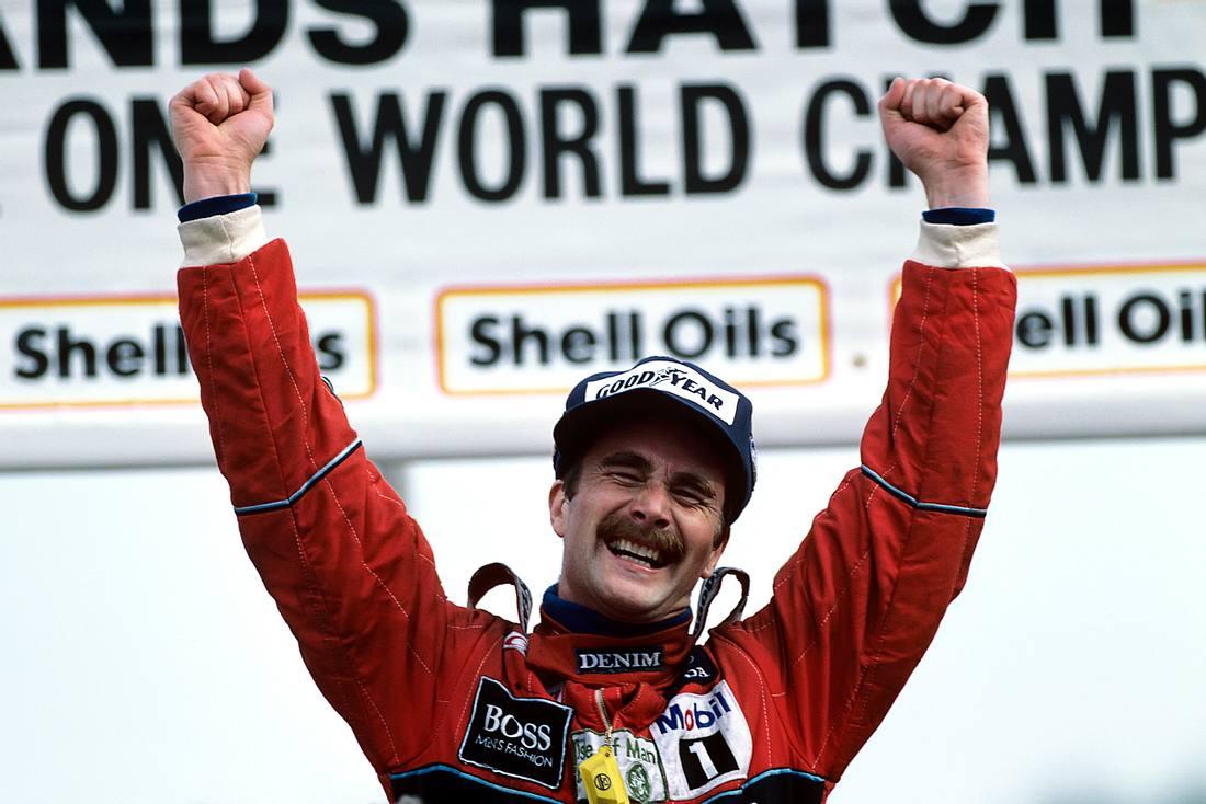 Nigel Mansell reißt auf dem Siegertreppchen beide Arme hoch