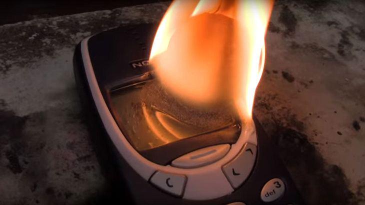 Das passiert, wenn man einen heißen Nickel-Ball auf das Nokia 3310 legt
