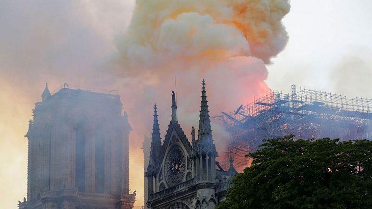 Flammen schlagen aus der Kathedrale Notre-Dame