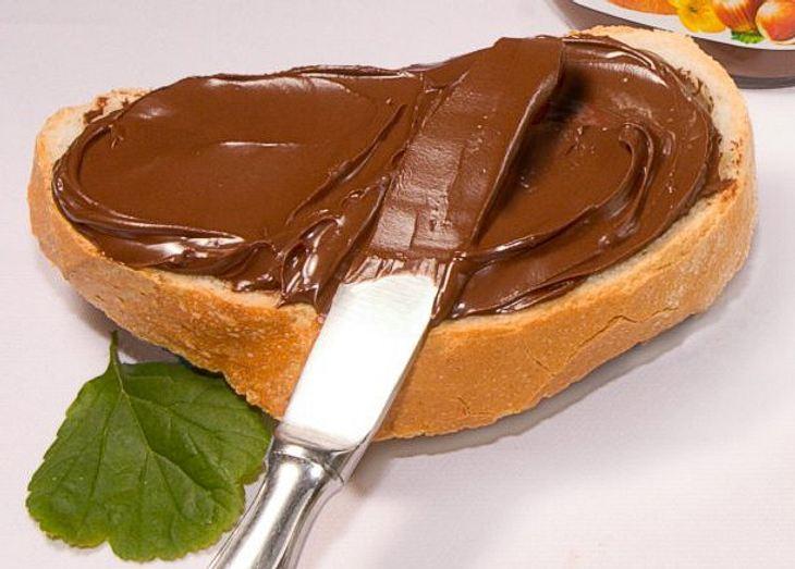 Nutella, das auf ein Brot geschmiert wurde