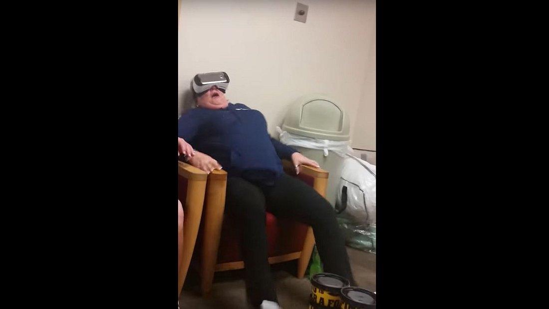 Diese Frau testet Samsungs Virtual-Reality-Brille VR im Krankenhaus