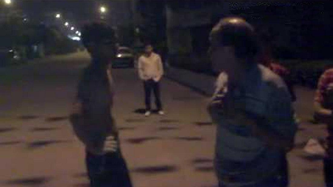 Keine gute Idee: Dieser junge Straßenschläger bekommt gleich eine Lektion von einem 72-Jährigen erteilt