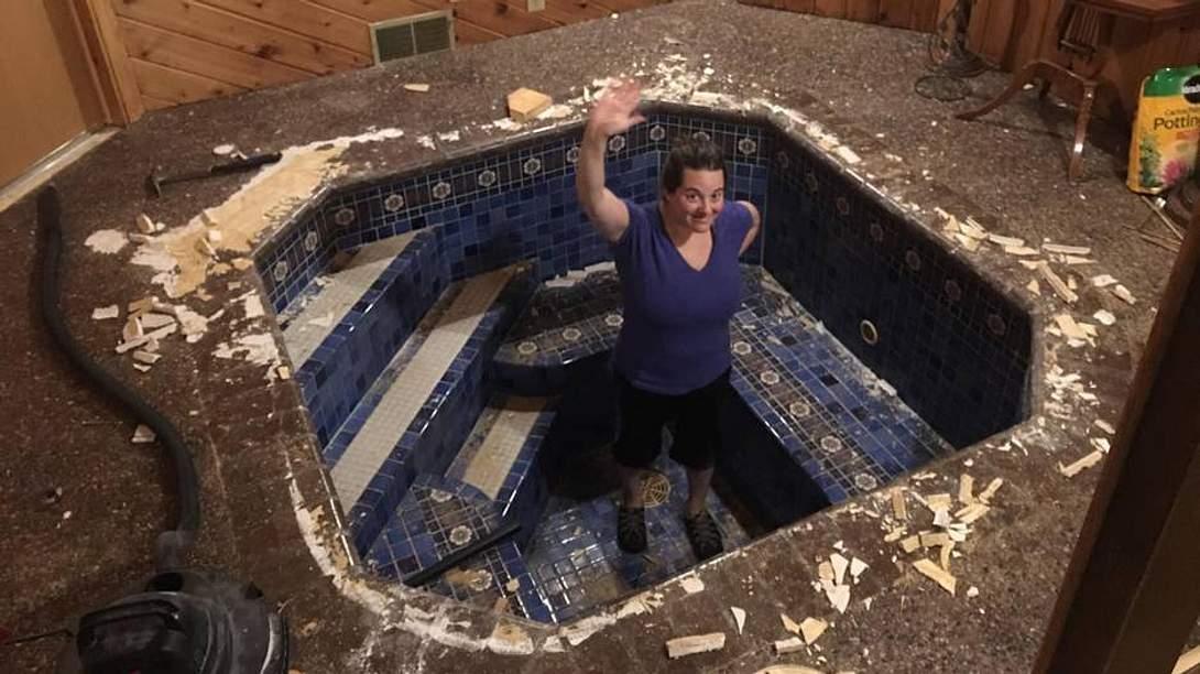 Frau steht in einem römischen Bad und winkt - Foto: Mark Ronsman