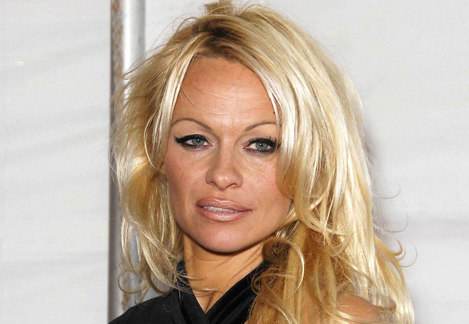 Nackt-Hammer! Pamela Anderson oben ohne