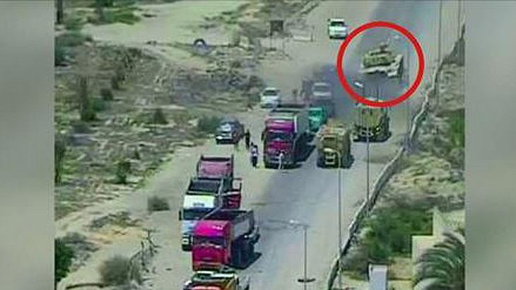 Terroranschlag verhindert: Ein Panzer überfährt an einem Militärposten ein mit Sprengstoff beladenes Fahrzeug