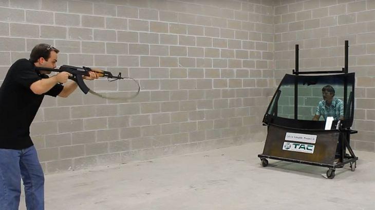 Nicht nachmachen: Dieser Typ lässt sich mit einer AK-47 beschießen