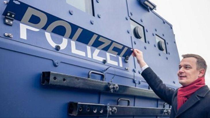Einfach umklappen: So genial tarnt sich Sachsens neuer Polizei-Panzeerwagen