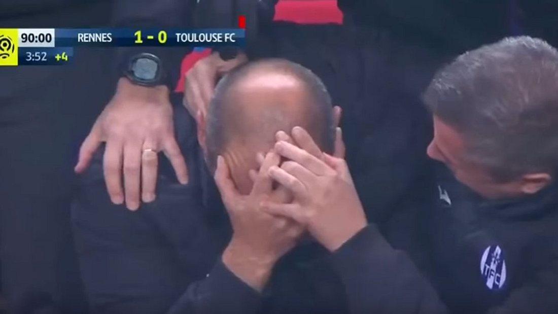 Fußballtrainer Pascal Dupraz wurde im Spiel gegen Stade Renne von einem Papierflieger fast am Kopf getroffen