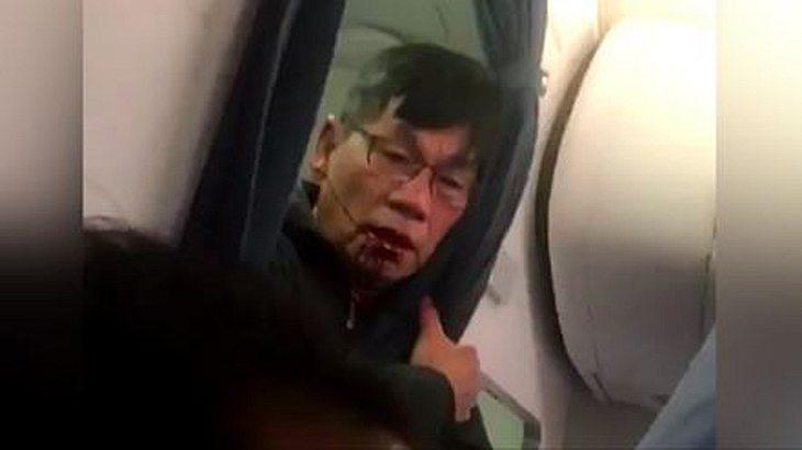 Dieser United-Airlines-Passagier wird von drei Sicherheitskräften der Fluglinie brutal durch den Gang gezehrt