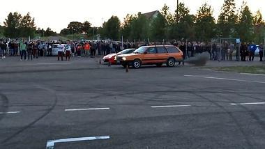 Ein VW Passat gewinnt eine Wettrennen gegen einen Ferrari 458 Italia  - Foto: AutoZeitung