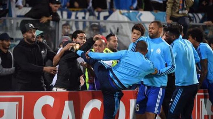 Brutaler Ausraster: Fußballstar Evra tritt Fan gegen den Kopf