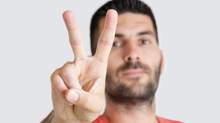 Achtung beim Peace-Zeichen auf Fotos.